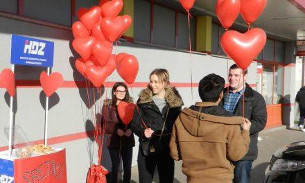 Mladež HDZ-a dijelila balone i ljubavne poruke