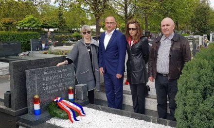 Cvijeće i svijeće za Josipa Vrhovskog