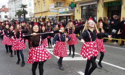 Rasplesane mišice Mažoretkinja Nedelišća na ulicama Opatije