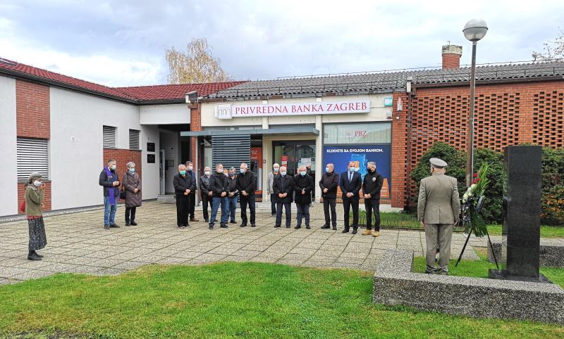 Vijenac i svijeće za Dan sjećanja na žrtve Domovinskog rata i Dan sjećanja na žrtvu Vukovara i Škabrnje